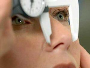 medición del calibre de una nariz para realizar una rinoplastia en Valencia y Alcoy con el Doctor Antolín.